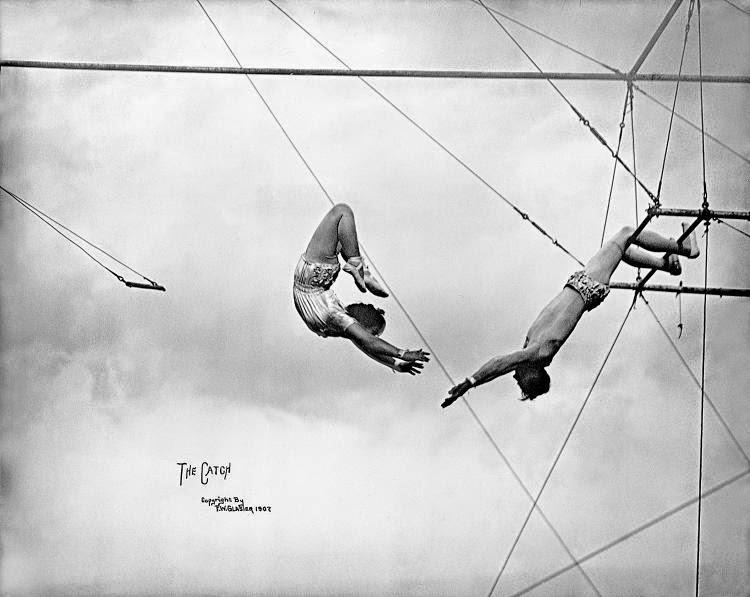 trapecistas en el aire